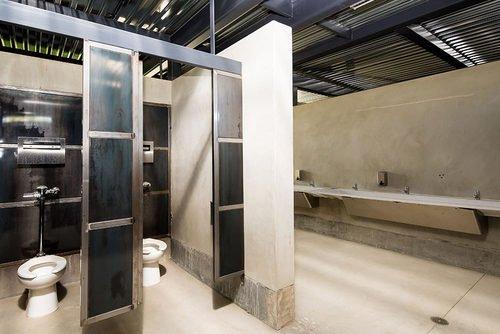 coachella-bathroom-da6