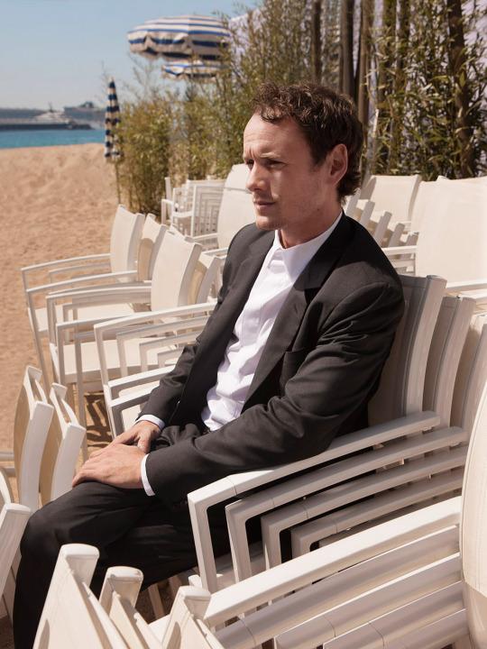 Anton Yelchin tomando el sol en la edición 2015 del Cannes Film Festival.